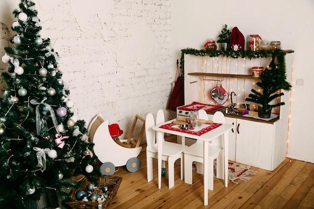 Детская комната оформлена к рождеству и новому году.