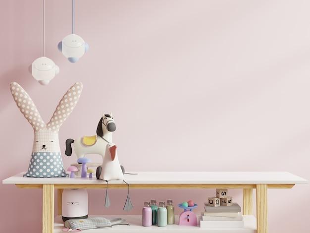 밝은 분홍색 벽에 어린이 방