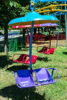遊園地での子供のブランコ