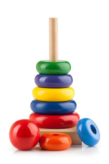 흰색 바탕에 어린이 장난감 피라미드