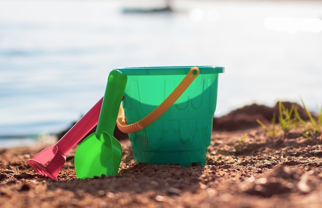 晴れた日のビーチでの子供のおもちゃ。