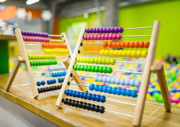 밝은 색상의 어린이 나무 주판 장난감. 친환경 장난감