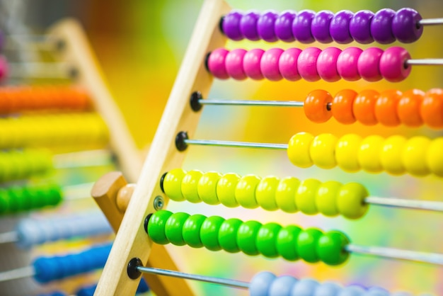 놀이방에서 밝은 색상의 어린이 나무 주판 장난감. 친환경 장난감