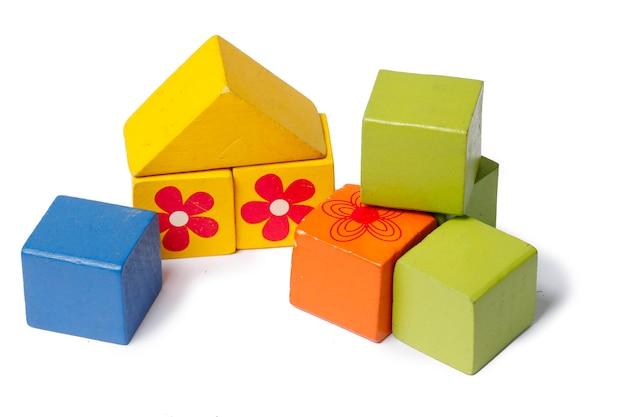 어린이 나무 블록. 집을 짓는 개념