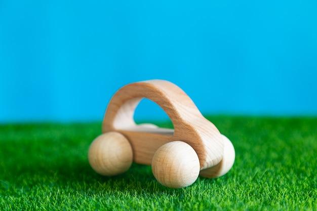 草の上に子供の木のおもちゃの車