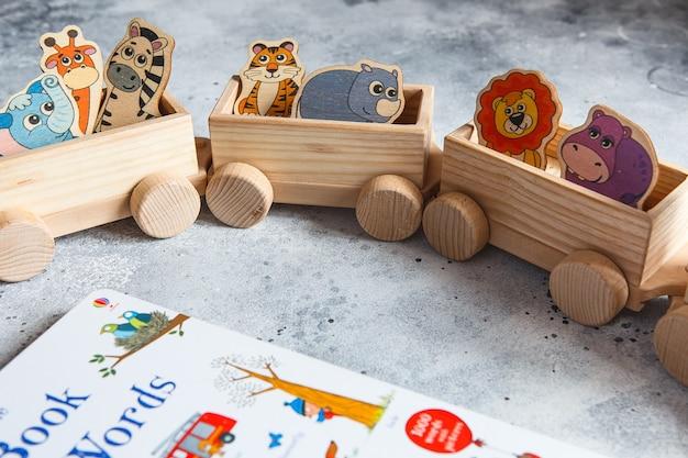 子供の木のおもちゃ。ワゴン付きの子供用木製貨物列車。
