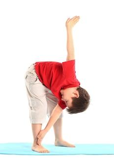 어린이 요가. 어린 소년은 운동을