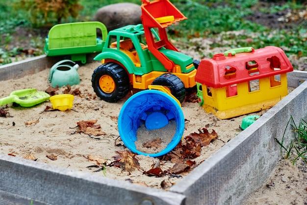 다채로운 장난감이 있는 어린이 샌드박스