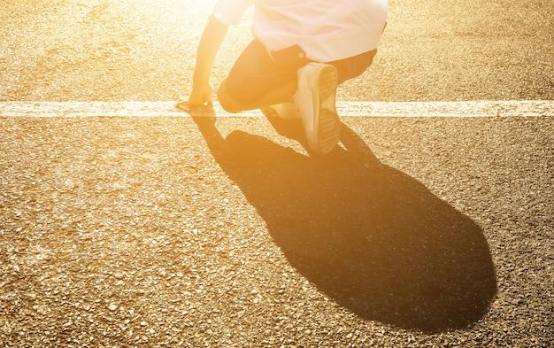 Стартовая линия детской школы на фоне дороги. азиатский детский бег.