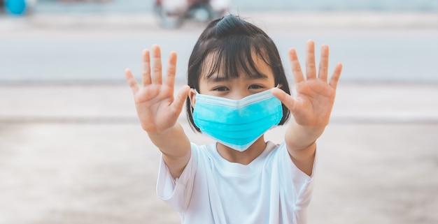 아이들은 코로나 바이러스를 보호하기 위해 손 정지를 보여줍니다