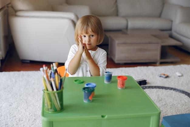 녹색 테이블에 앉아서 그리기 어린이