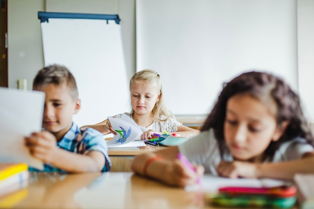 Дети, сидящие на занятиях в классе
