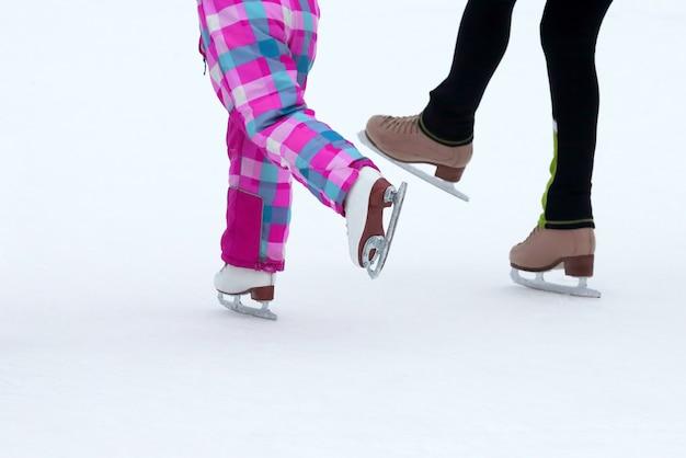 아이스링크에서 스케이트를 타는 아이들. 스포츠 및 엔터테인먼트. 휴식과 겨울 방학.
