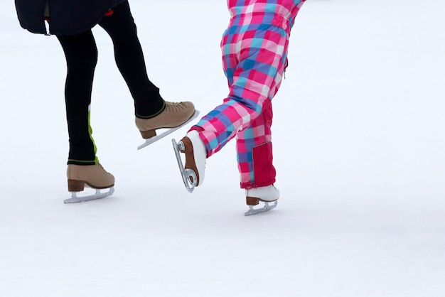아이스 링크에서 스케이트를 타는 아이들