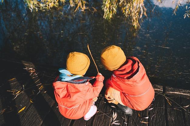 子供たちは新鮮で冷たい空気の中で外で時間を過ごします小さな子供たちは自然の中で遊ぶ健康な子供時代