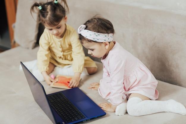 自宅で検疫で一緒に時間を過ごす子供たち Premium写真