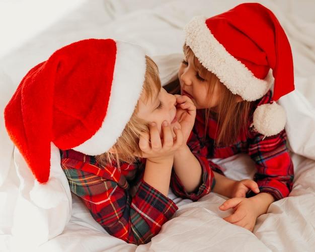 I bambini trascorrono del tempo insieme il giorno di natale