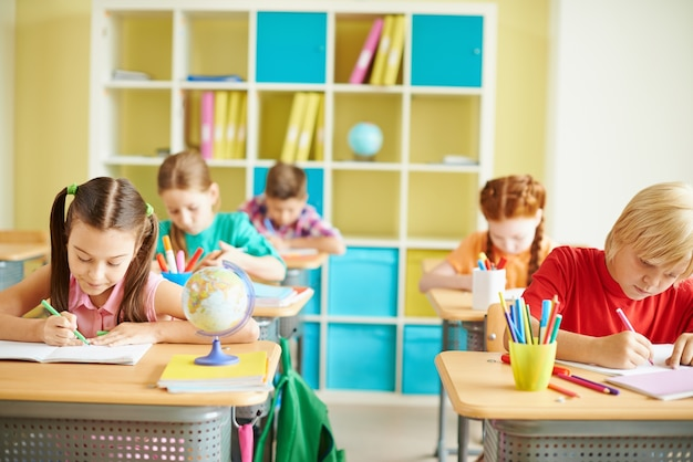 I bambini che studiano in una classe