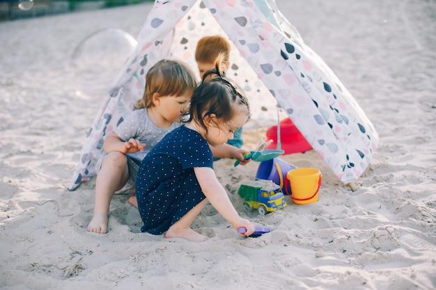 Bambini in un parco estivo
