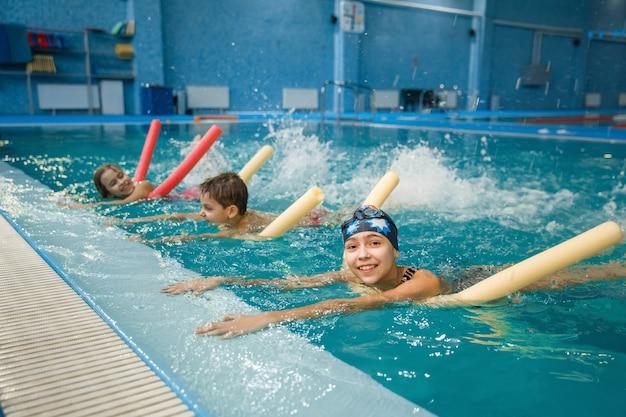 Детская плавательная группа лежа на спине, тренировка в бассейне