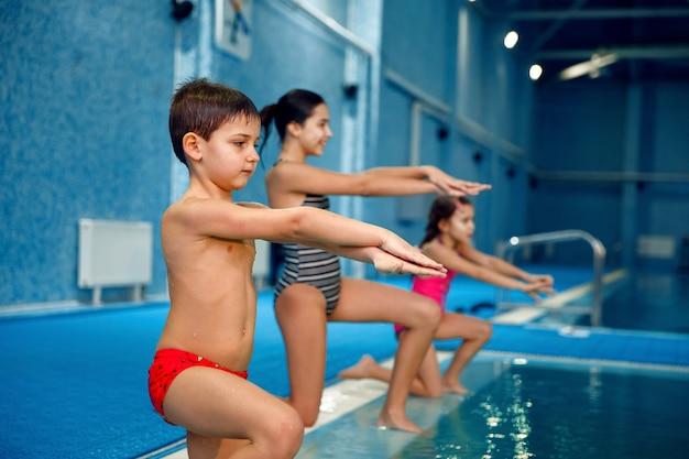 Детская плавательная группа, тренировка у бассейна.
