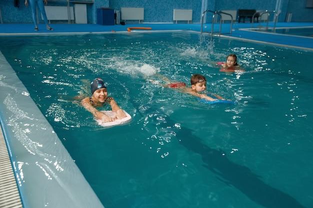 Детская плавательная группа, тренировка в бассейне