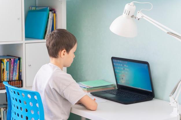 子どもたちは検疫で遠隔学習に切り替えました。自宅からのコロナウイルスのパンデミック研究による学童。