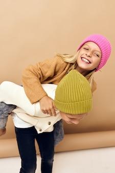 色とりどりの帽子をかぶった子供たちが一緒に楽しいカジュアルウェアスタジオライフスタイル
