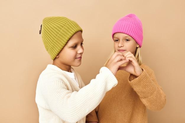 色とりどりの帽子をかぶった子供たちが一緒に楽しいカジュアルウェアスタジオ