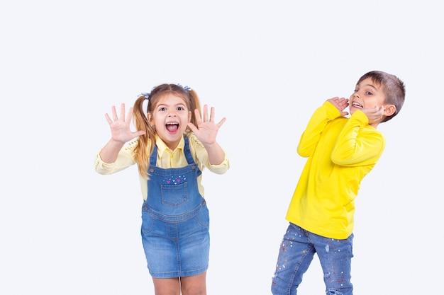 캐주얼 옷을 입고 바이러스 게임을 하는 서로를 겁주는 아이들은 코로나바이러스를 막고 마스크를 쓰고 조심합니다