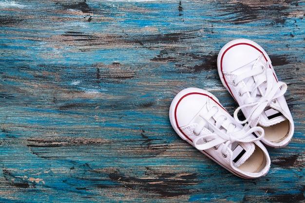 페인트 질감 세 배경에 어린이 상위 뷰 신발