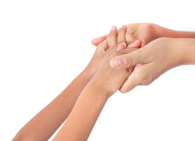 子供たちは愛の気持ちと心の安らぎで両親と手を触れます。