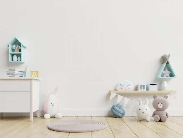 Детские игрушки и сундук на белой стене