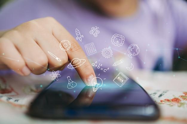 아이들은 학습과 오락을 위해 스마트폰 기술을 사용합니다