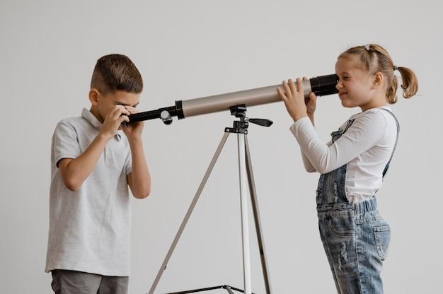 수업 시간에 망원경을 사용하는 아이들