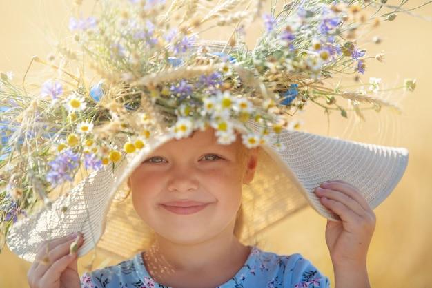 子供たちは野花と麦畑を歩く