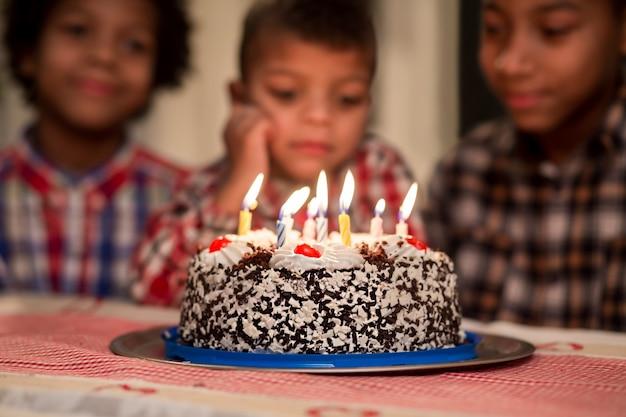 아이들은 촛불이 꺼지는 것을 지켜보고 케이크 촛불을보고있는 소년들 막내 동생은 너무 슬퍼 ...