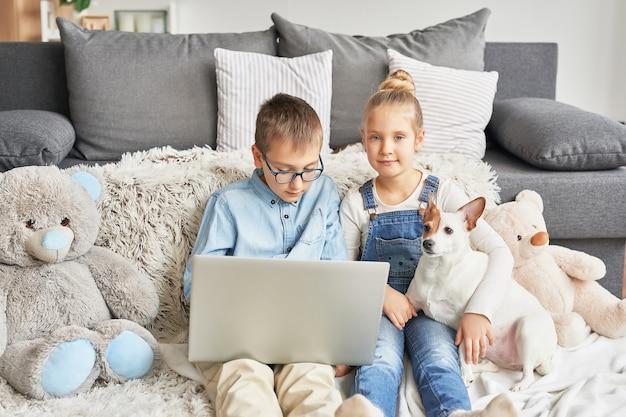 ラップトップで動画を見る子どもたち