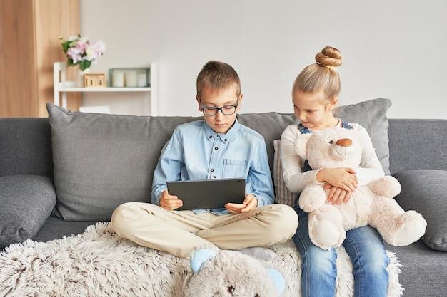 タブレットで動画を見る子どもたち