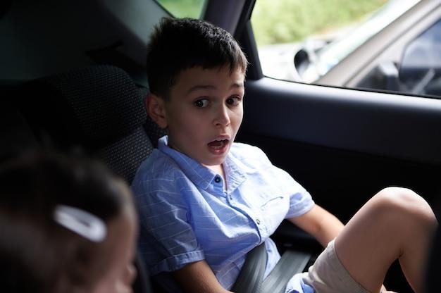 車の中でシートベルトを着用している子供たち
