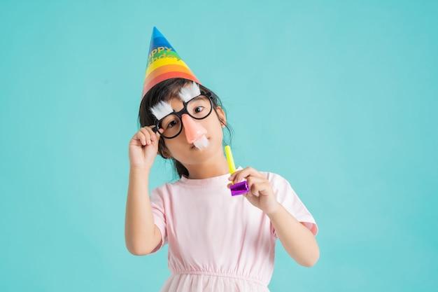 服とマスクを身に着けている子供。パーティーに行く