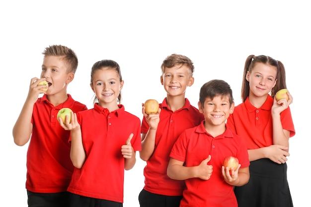 Дети с яблоками на белом