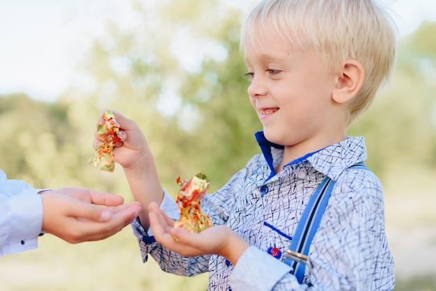 손에 사탕을 들고 있는 아이들