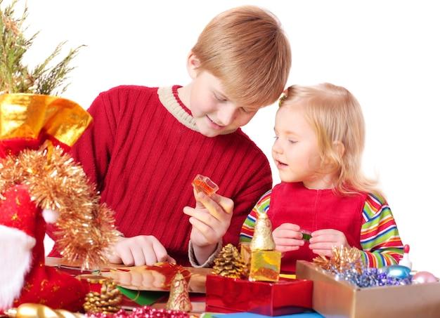 Дети с рождественскими украшениями