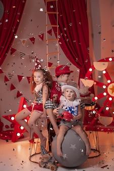 서커스 무대에서 서커스 의상을 입은 아이들