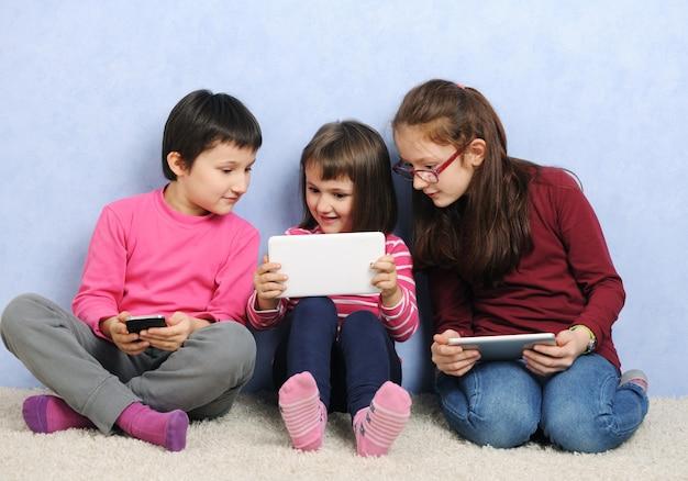Дети с цифровыми устройствами