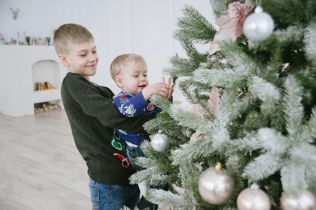 Дети с подарочной коробкой