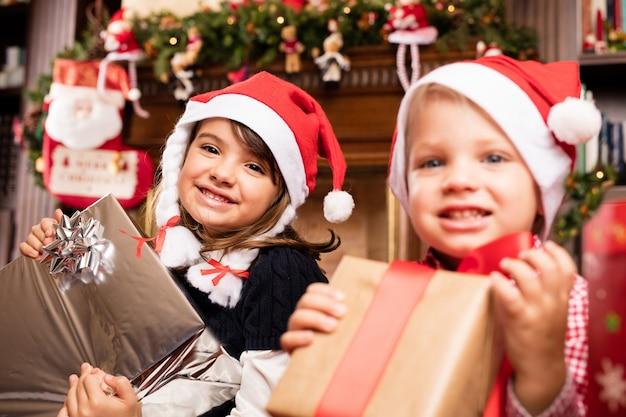 I bambini con doni e cappelli della santa