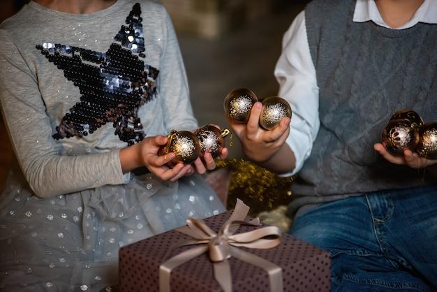 金色のボールと贈り物を持つ子供たち。