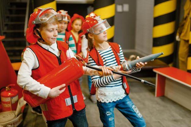 Дети со шлангом и огнетушителем